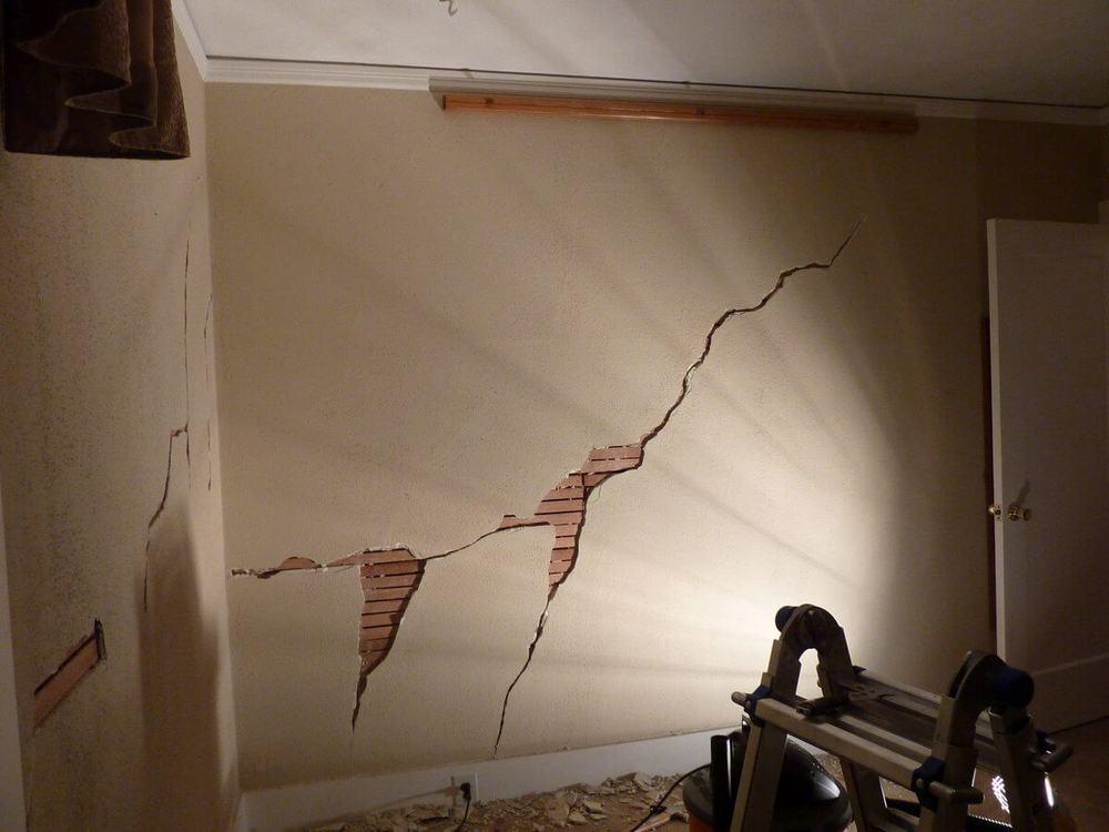 Почему трещат стены в панельном доме